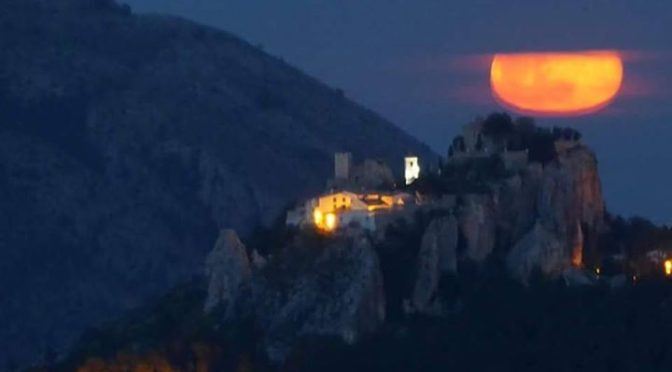 Moon rise from Abdet, sat on our roof terrace we were treated to this spectacula…