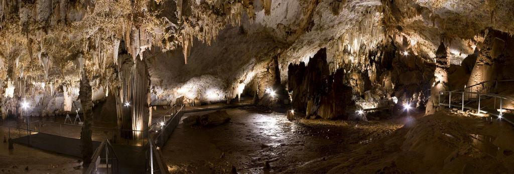 The Pozalagua cave is made up of a single room 125 meters long, 70 meters wide and 12 meters high